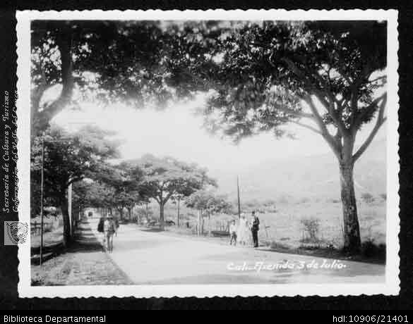◦Avenida 3 de julio, entrada sur de Cali. Después fue cra 15 y actualmente calle 5a. Santiago de Cali, fecha aproximada, 1930. Pedro Antonio Riascos. SANTIAGO DE CALI: Biblioteca Departamental Jorge Garces Borrero, 1930. 8 X 10.5.