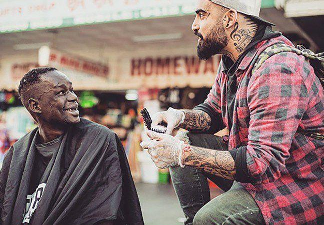 """Nasir Sobhani tem 26 anos e está se recuperando de sua dependência de drogas. Sóbrio e cheio de esperança, o rapaz trabalha seis dias por semana em uma barbearia e, no seu dia de folga, ele anda de skate pelas ruas de Melbourne, na Austrália, em busca de moradores de rua interessados em um corte de cabelo gratuito. Segundo Sobhani, essa é a maneira que ele tem encontrado para mostrar sua gratidão por estar saudável e livre do vício. """"Eu me lembro de dias em que eu me odiava e não conseguia…"""