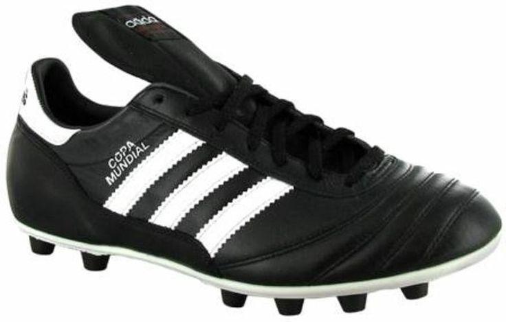 De piel o de materiales ultra ligeros; negros o de todos los colores; con tachones de plástico, de aluminio o una combinación de ambos los zapato de fútbol se ha convertido en un aditamento indispensable  pero su transformación, a lo largo de los años, ha sido fundamental para mejorar el nivel del futbolista actual...  http://suite101.net/article/los-zapatos-de-futbol-del-rey-enrique-viii-a-cristiano-ronaldo-a40203