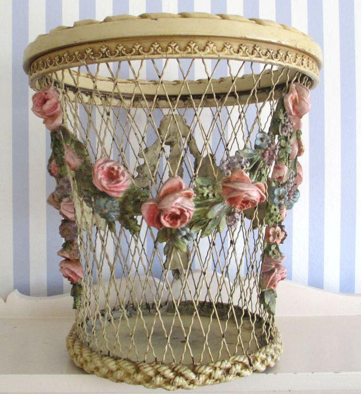 cesto con rosas al relieve