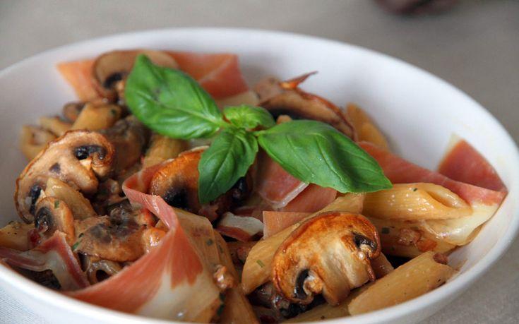 Penne met Champignons en Serrano Ham is een simpel maar lekker recept dat je met elk gemak iedere dag op tafel kunt zetten.