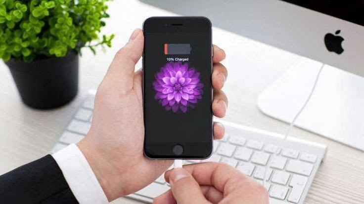 Aggiornamento a iOS 10.2 crea problemi alla batteria iPhone Dopo i problemi legati al modello 6s sono molti gli utenti che lamentano nuovi bug alla batteria. Apple potrebbe risolvere con un nuovo aggiornamento a iOS 10.2.1La batteria iPhone continua a far pen #ios10.2 #apple