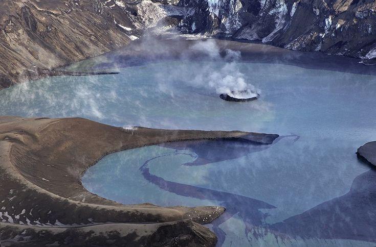 El volcán Grímsvötn es un sistema lacustre-volcánico de Islandia, de unos 100 km de largo y 15 km de ancho. Los espejos de agua que lo componen están ubicados en las tierras altas del país, sobre el extremo Noroeste del campo de hielo del Vatnajökull a una altitud promedio de 1725 metros. Estos lagos se hallan completamente cubiertos por el manto de hielo del glaciar, siendo evidenciados por la extensa planicie helada que los cubre. Bajo este sistema se encuentra la gran cámara magmática del…