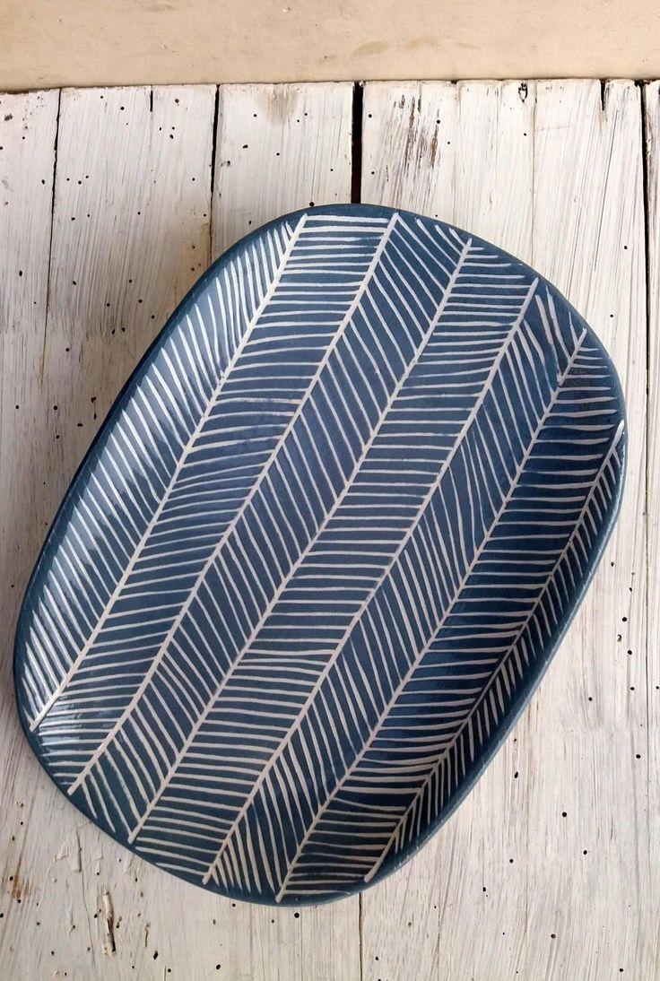 Piatto ovale decorato fatto a mano / decorazione geometrica / decorazione a graffito / geometric decoration / blue and white / lisca pesce di QBceramics su Etsy