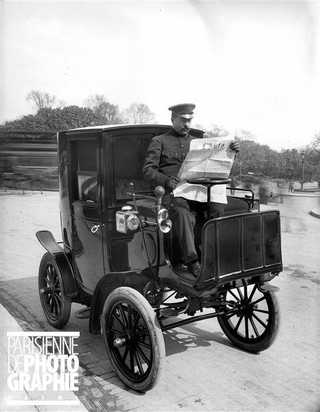 Chauffeur de fiacre automobile lisant L'Auto . Paris, 1900.