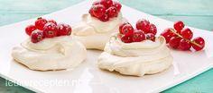 Lekker als toetje voor de kerst of bij een high tea; mini pavlova met zoete mascarpone en vers fruit