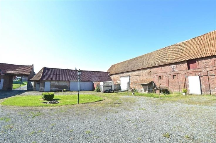 Maison à vendre à Blandain - 520 000 € - Logic-immo.be - Au coeur du village, cette ferme au carré sur +/- 10000 m² développe une superficie bâtie de +/- 1000 m². Autant vous dire que les possibilités sont nombreuses pour en faire votre habitation rêvée... ...