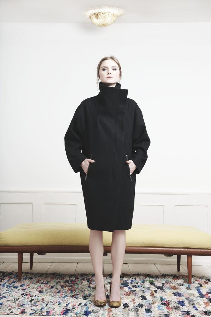 Rützou black wool coat with zipper pockets