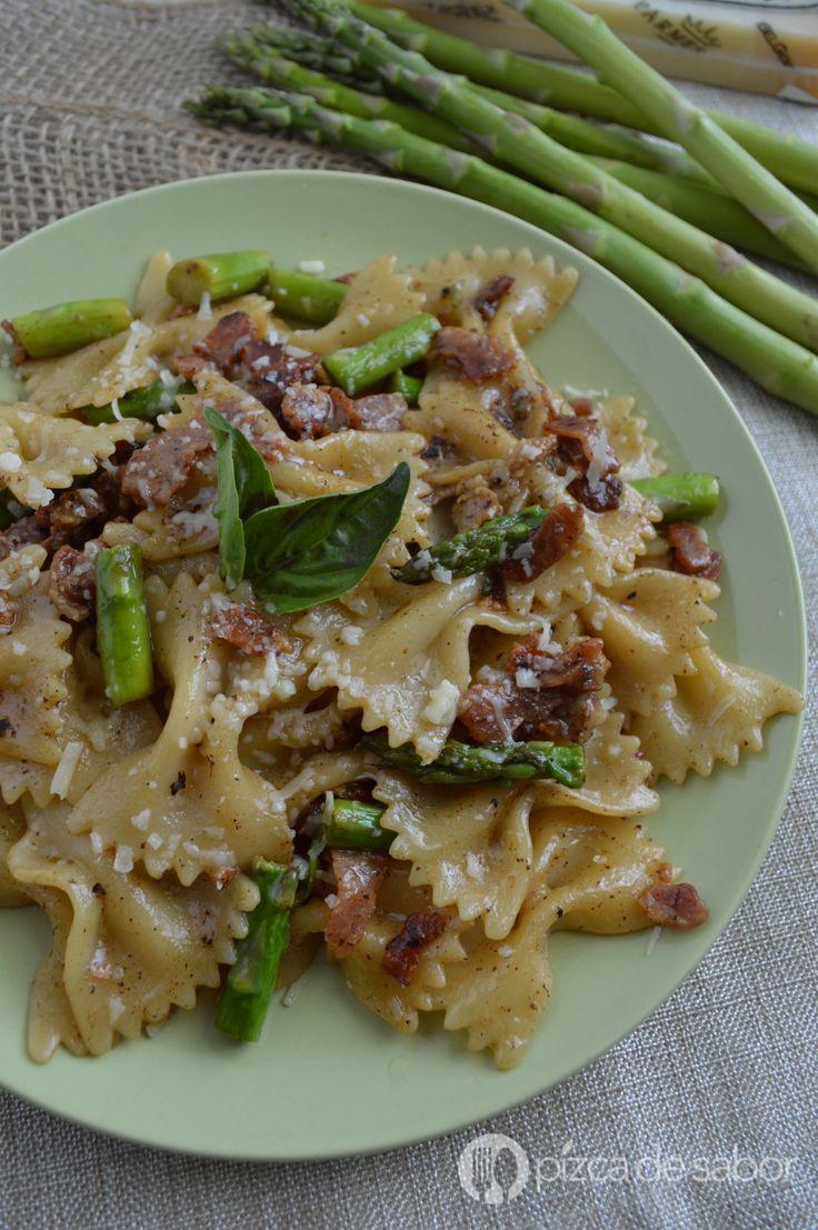 Deliciosa receta de pasta con espárragos y tocino en una salsa de vino blanco y queso parmesano. Deliciosa y fácil de preparar, ¡te va a encantar!