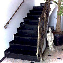 Schwarze Granittreppe mit Trittstufen und Setzstufen Granitstufen
