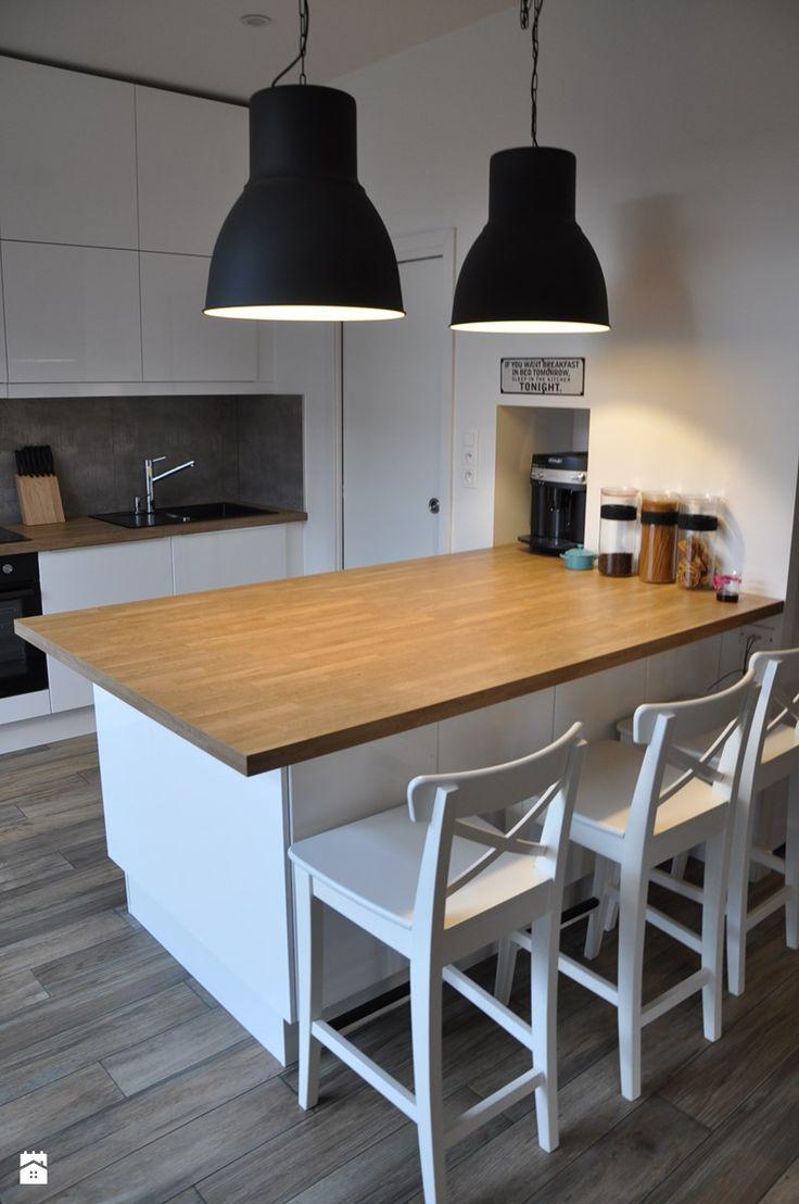 Otwarta kuchnia w bieli hola design homesquare - Kuchnia Z Wysp Z Drewnianym Blatem Zdj Cie Od Olafredowicz