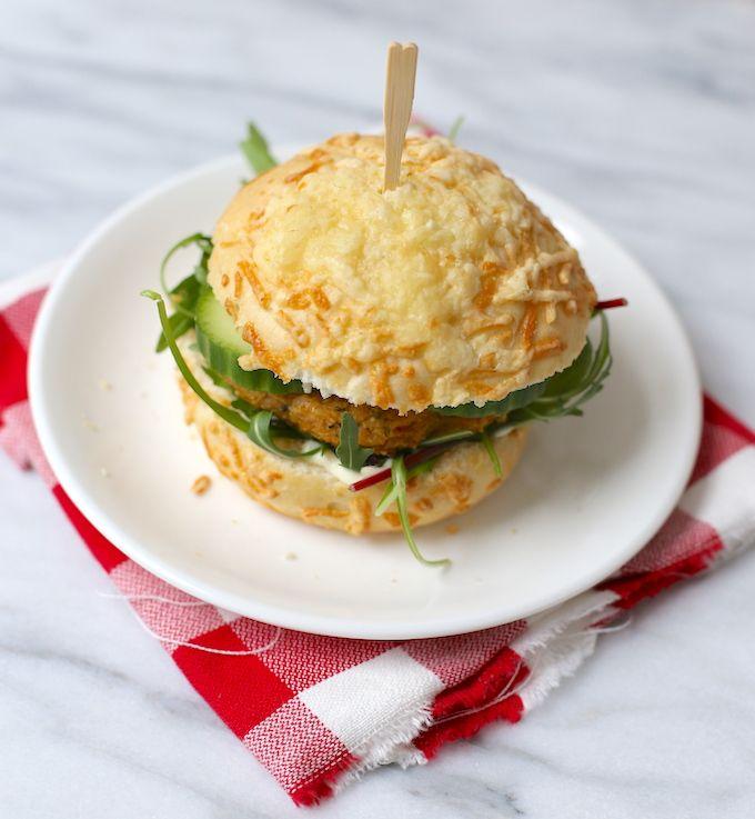 Wij zijn geen grote vleesliefhebbers en daarnaast zijn er een heleboel gerecht ook lekker zonder vlees, zoals deze bloemkoolburger. Makkelijk om te maken!