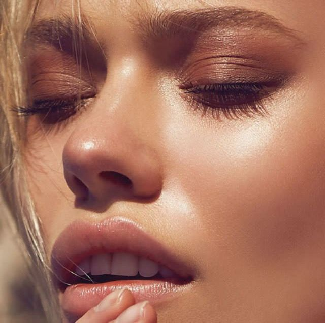 Beautiful sunkissed skin and makeup with brown and blush tones.