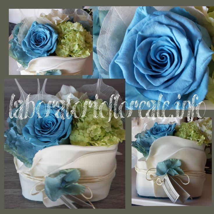 composizione con rose stabilizzate azzurre