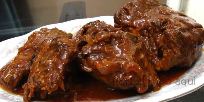 Carne na cerveja preta com creme de cebola feita na panela de pressão. Uma receita prática e deliciosa, experimente!