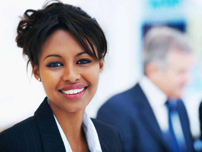 """¿Estás harta de seguir en el mismo puesto de trabajo? ¿Estás segura de que haces tu mejor esfuerzo para ganarte el próximo ascenso? En tus manos está destacar y venderte bien, sólo tienes que seguir estos útiles consejos revelados por un experto en gestión de carreras profesionales. Armand Mennechet te dice cómo ser """"la empleada del año"""".  1. Descubre cómo funciona tu jefe  Se trata de identificar su estilo y adaptarse a él para responder mejor a sus expectativas y saber qué espera de ti…"""
