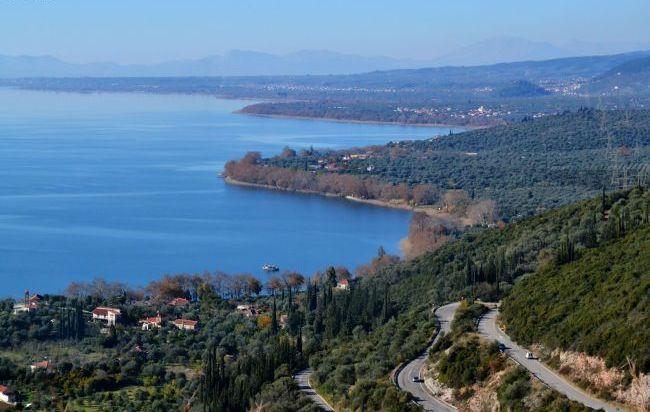 Στο βυθό της υπάρχουν ερείπια αρχαίας πόλης και στα νερά της ζει ο νανογωβιός, το μικρότερο ψάρι της Ευρώπης