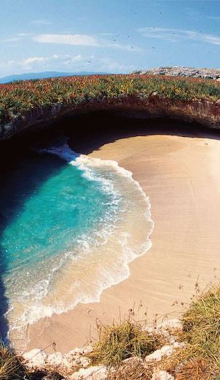 Esta es una playa en Puerto Vallarta. Se llama la playa escondida. Esta es una playa muy hermosa en Mexico. Muchos turistas visitan esta playa en Puerto Vallarta.
