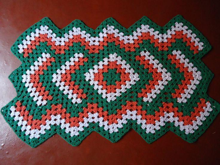 Tapete Retangular - 92x54cm  Todo confeccionado à mão, em crochê, acabamento perfeito. Fio 100% algodão, de ótima qualidade, cores firmes e marcantes.  Disponível nas cores Verde com Laranja e branca.
