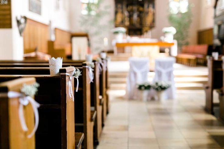 Schlichte Dekoration in der Kirche an den Kirchenbänken für die kirchliche Trauung. Foto: http://frauherz.de