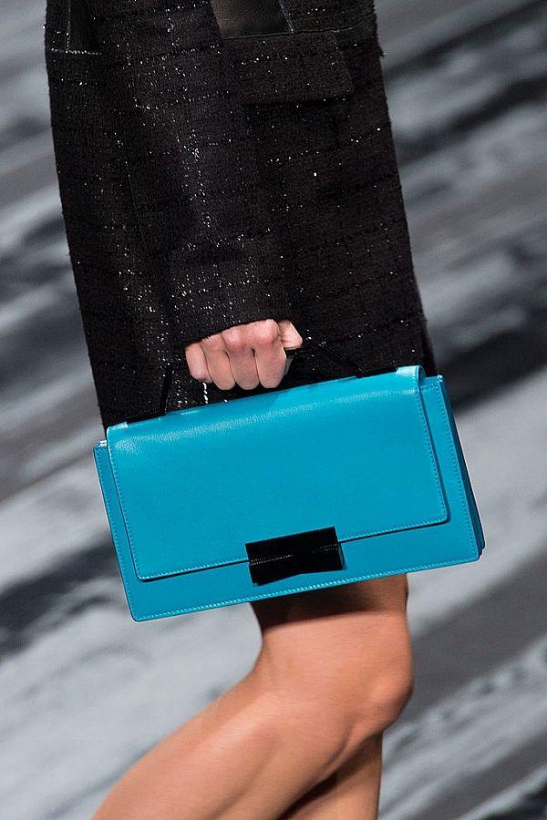 Kısa saplı çanta modelleri kadınların çok sevdiği modeller arasında yer alıyor. Peki hangi çanta modeli daha çok tutuyor? Hangisini almalısınız? İşte cevabı