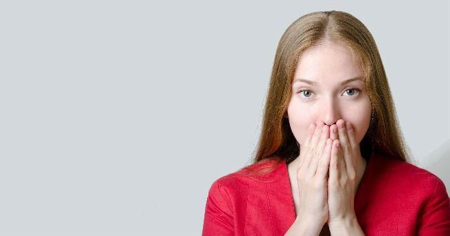 La queratina es una proteína endurecida que cubre y protege las uñas de los pies y manos, sin embargo, su función no es exclusivamente ésta. A través del aspecto de las uñas, sobre todo cuando se percibe algún cambio de coloración en ellas, se puede inferir si hay un problema de salud en el organismo.
