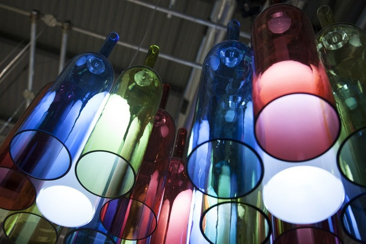 Milão 2013: Bocci, Lasvit, Foscarini e Kundalini. Pendente Jar RGB, feito a partir de garrafas coloridas, design Arik Levy para Lasvit.