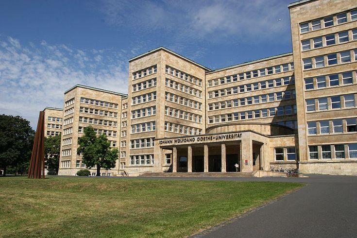 """Haupteingang des IG-Farben-Hauses/Pölzig-Baus der J.W.Goethe Universität Frankfurt am Main. Die Stahlskulptur am linken Bildrand ist Teil der """"Blickachsen"""" Ausstellung."""