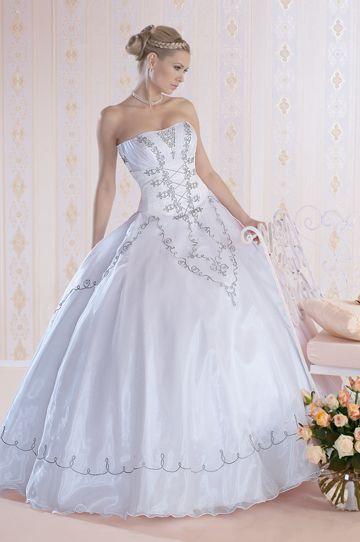 329-276 A menyasszonyi ruha felsőrészén lévő ezüst zsinór minta csodásan karcsúsítja viselőjét