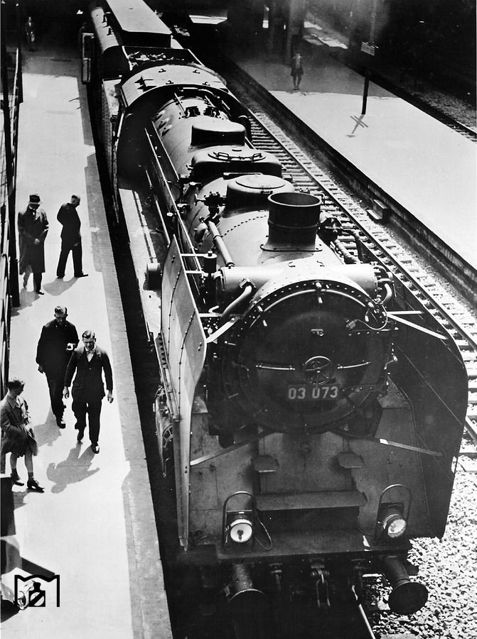 """1934 Die """"03073"""" steht im Berliner Lehrter Bahnhof zur Abfahrt nach Hamburg bereit."""