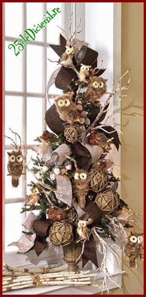 Arbolito navideño decorado con búhos