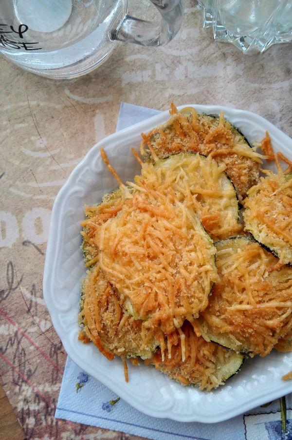 Cukkiniropogós - laktózmentes nasi chips helyett Friss, üde cukkini és ropogós pirult sajt – ez a cukkiniropogós titka. Érdemes egyből dupla adagot készíteni, jól fog jönni az esti borozgatáshoz.