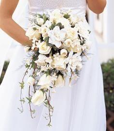 Bruidsboeket met witte bouvardia, witte rozen en decoratie groen