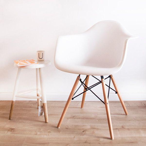 El Sillón Eames esta inspirado en el sillón DSW de Charles Eames,  uno de los modelos más populares del diseño de vanguardia del último siglo.  El respaldo está fabricado en policarbonato, sus patas en madera lustrada y acero para que disfrutes de un  un diseño sencillo y funcional. Ideal para cabecera de mesa, comedor, oficina o donde más te guste.  Viene en varios colores!