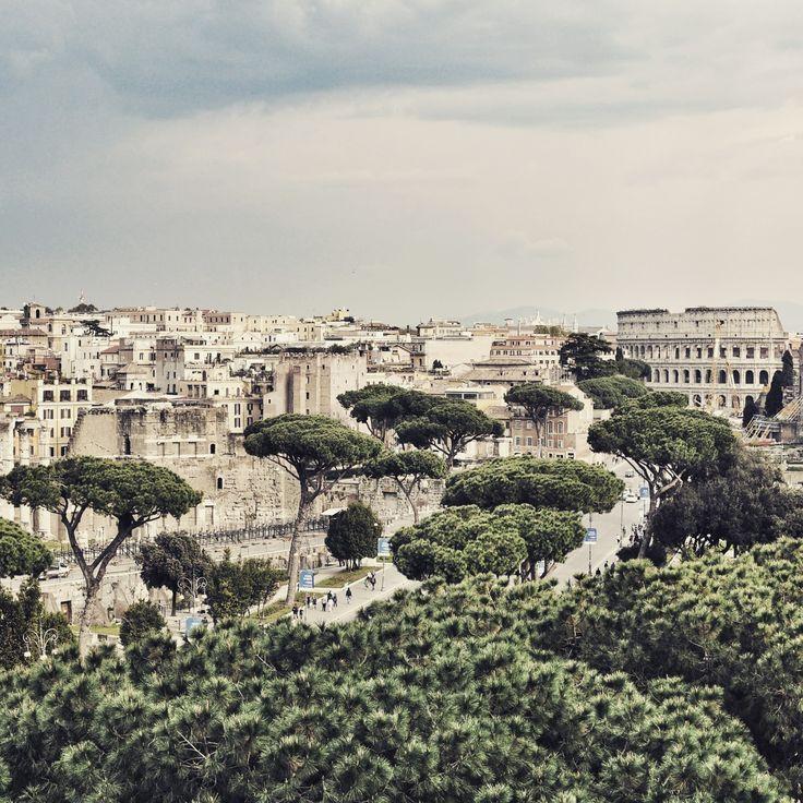 Gewitter über dem Kolosseum in Rom, der Hauptstadt von Italien. Einst schlugen sich hier Gladiatoren die Köpfe ein, heite stehen sich die Reisenden in der Warteschlange die Beine in den Bauch