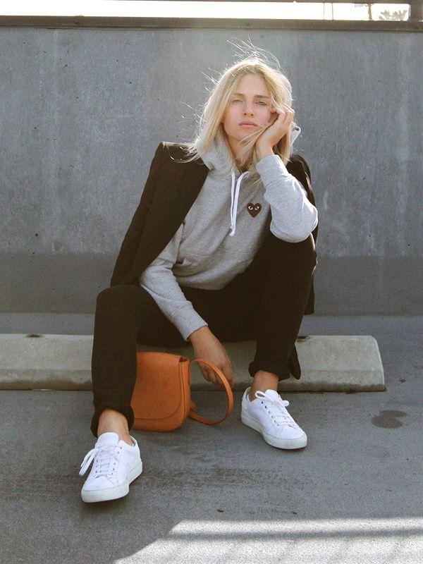 Sweat gris à capuche + blazer noir = le bon mix (Sweat Comme des Garçons - photo Mija Flatau) Les Brèves - Tendances de Mode
