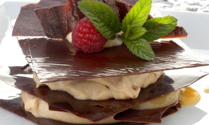 Receta de Milhojas de chocolate con crema de turrón y yema
