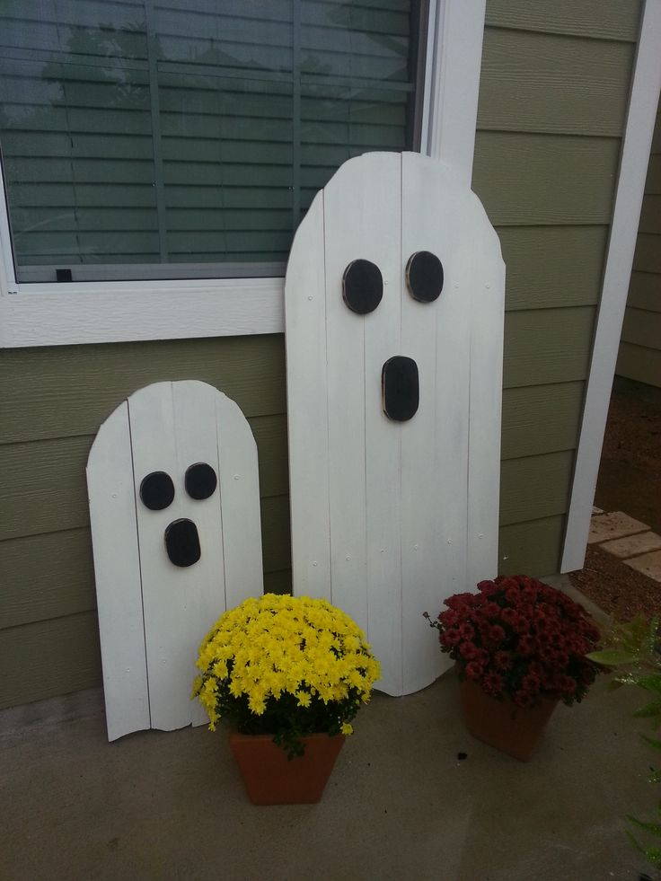 Halloween Pallet Wood Boo's - Made a couple of Pallet Ghosts this weekend.  They were pretty simple to design and put together. And the look great with Jack.