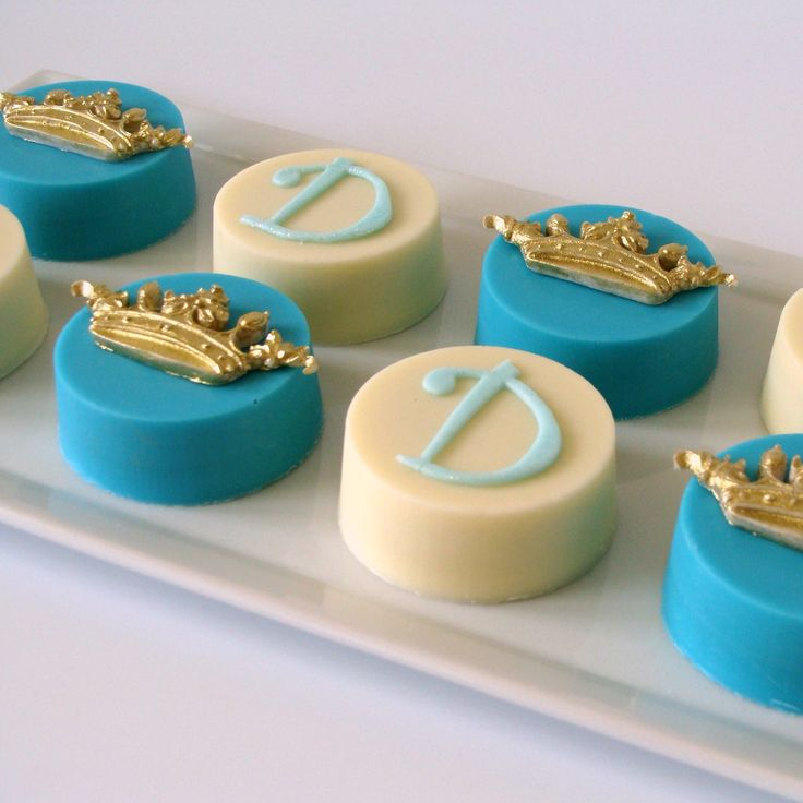 Use the Crown Trio Mold to make these lovely chocolate covered Oreos.
