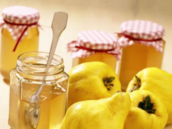 Anfang September ist es wieder soweit: Die kurze Erntezeit der Quitte beginnt! EAT SMARTER verrät Ihnen, wie Sie Quittengelee selber machen können.