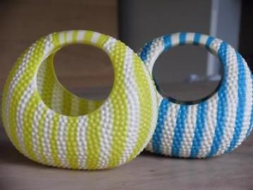 2 retro speelgoed mandjes blauw geel wit gestreept plastic