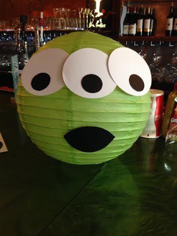 globos o pantallas de papel para hacer marcianitos .... sobre la mesa del comedorl...