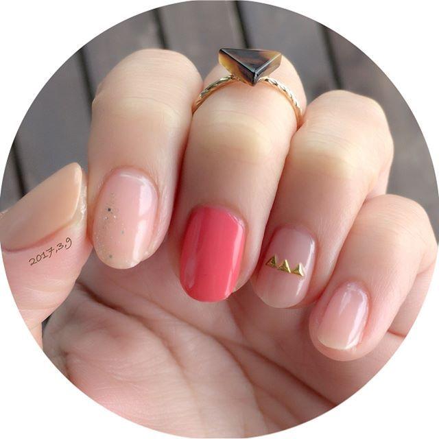 久々のnew nail…☺︎ ・ ・ そしてそして、なんとインスタで仲良くしてもらってるひとみさん(@obonhitomi )からステキなリングいただきました…❤︎ ・ ・ リング可愛すぎてテンションあがります! 結婚指輪くらいしかリング持ってなかったので、これを機にリングもコレクションしていこうかな…❤︎ ・ ・ ネイルは、ネイルホリックの新色のパステルピンクを使って。 どこか、抜けがあるのが好きなのでシアー系のあるパラドゥのネイルファンデーションと合わせてみました。 ・ ・ 人差し指は、ラメをスポンジでポンポン。 薬指は、あやかちゃん(@aya_mmm_ )の3連ハートをヒントに…☺︎ 親指だけ、キャンメイクのベージュです。 ・ ・ 使用ポリ *ネイルホリック→PK813  ラメGD004 *パラドゥ→BO01 ネイルファンデーション *キャンメイク→カラフルネイルズ71 ・ ・ #セルフネイル #セルフネイル部 #ネイル#ポリッシュ#マニキュア#ネイルホリック#パラドゥ#ネイルファンデーション#キャンメイク#selfnail #nail#polish #manicure…