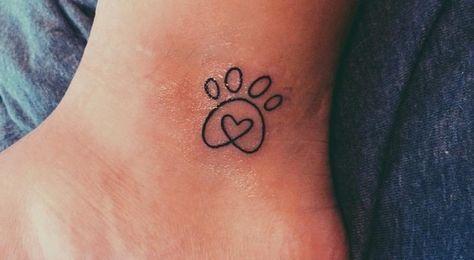 """""""Ich bekam dieses super-minimalistische Tattoo für meinen besten Freund Samson, etwa eine Woche, nachdem er verstarb."""""""
