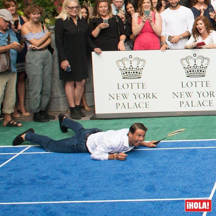 Rafa Nadal o cómo caerse al suelo sin perder el estilo… ¡ni la sonrisa! El tenista ha sacado un hueco para batirse al bádminton con Venus Williams en un partido amistoso en Nueva York.  #rafanadal #nadal #rafaelnadal #tenis #badminton