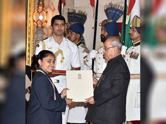 Pranab Mukherjee presents Rajiv Gandhi Khel Ratna award to Dipa Karmakar