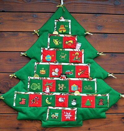 Adventní kalendář stromeček zelený - má každou kapsičku na drobnosti ozdobenou výšivkou číslem. Den po dni si tak děti zpříjemní čekání na Ježíška malou drobností či sladkostí. Kapsičky jsou o velikosti 6 x 6 cm. Cena: 590 Kč.