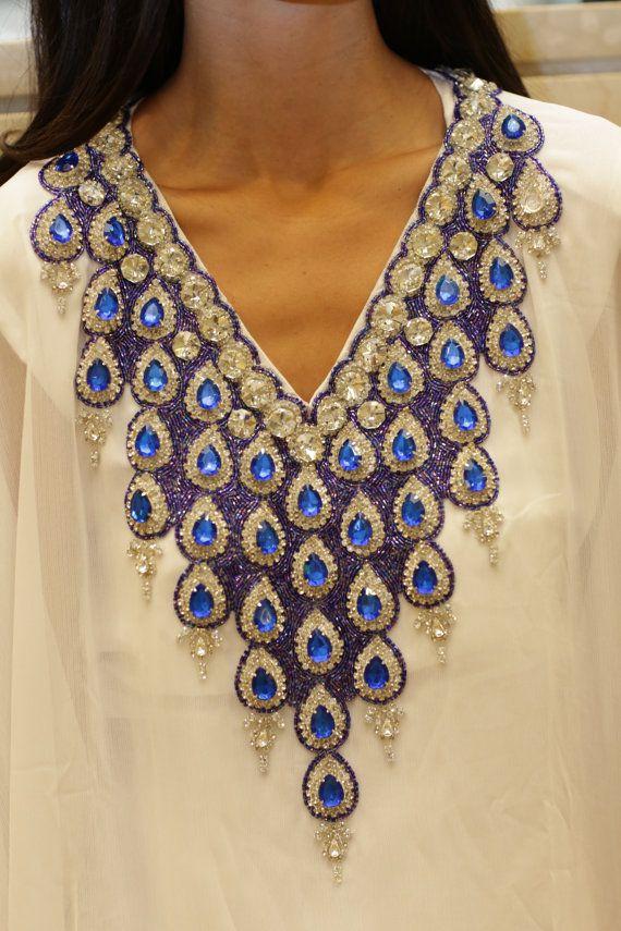 Yara Yosif original caftan blanc mariée robe perles bleues. Ramadan Eid henné mariage fiançailles plage partie maxi abaya.