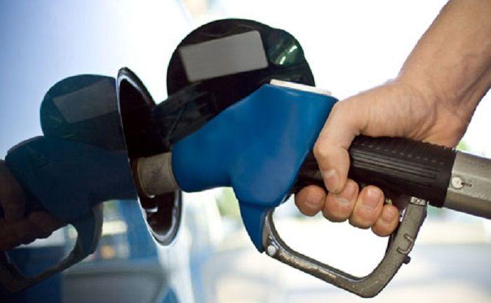 SANTO DOMINGO.- Los dos tipos de gasolina subirán tres pesos por galón durante la semana del 20 al 26 de enero de 2018, mientras que los demás combustibles continuarán con su mismo precio, por disposición del Ministerio de Industria, Comercio y Mipymes.  Con los nuevos precios la gasolina prem...