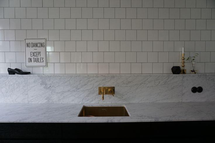 #kitchen #marble #marmor #kvik #svart #kök #fiskbensparkett #persöderberg #köksö #stuckatur #brass #black #tapwell